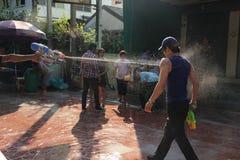 Banguecoque, Tailândia - 15 de abril: Molhe a luta no ano novo tailandês do festival de Songkran o 15 de abril de 2011 no soi Kra Imagens de Stock Royalty Free