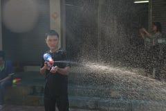 Banguecoque, Tailândia - 15 de abril: Molhe a luta no ano novo tailandês do festival de Songkran o 15 de abril de 2011 no soi Kra Fotos de Stock