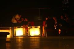 Banguecoque, Tailândia - 28 de abril de 2014 Reunião dos povos que apreciam a noite e uma boa atmosfera em um terraço da cidade d fotografia de stock royalty free