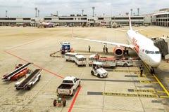 Banguecoque, Tailândia - 14 de abril: Vias aéreas tailandesas do sorriso que preparam-se ao voo de Don Mueang International Airpo Fotos de Stock