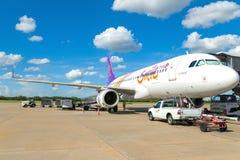 Banguecoque, Tailândia - 14 de abril: Vias aéreas tailandesas do sorriso que preparam-se ao voo de Don Mueang International Airpo Foto de Stock