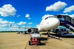 Banguecoque, Tailândia - 14 de abril: Vias aéreas tailandesas do sorriso que preparam-se ao voo de Don Mueang International Airpo Fotografia de Stock