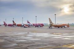 BANGUECOQUE TAILÂNDIA - 20 DE AGOSTO: Air Asia tailandês e ar baixo cos da NOK Foto de Stock