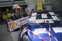 Banguecoque, Tailândia: 31 de agosto de 2016 - o usuário do carro do baixio em Tailândia obtém uma multidão instantânea na presid Imagem de Stock Royalty Free