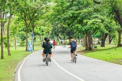BANGUECOQUE, TAILÂNDIA - 16 DE DEZEMBRO DE 2016: Homens e wome não identificados Fotografia de Stock Royalty Free