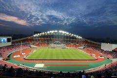 Banguecoque, Tailândia - 8 de dezembro de 2016: Multidão de povos no estádio de futebol nacional de Rajamangala de Tailândia cont Imagens de Stock