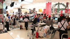 Banguecoque, Tailândia - 5 de dezembro de 2018: Os povos não identificados fazem compras no caixa em Siam Paragon Mall video estoque