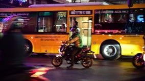 Banguecoque, Tailândia - 26 de dezembro de 2018: Os velomotor e os carros pesados do tráfego das horas de ponta movem-se rapidame filme