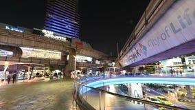 Banguecoque, Tailândia - 5 de dezembro de 2018: Tráfego da opinião do lapso da noite do trem e do carro de céu do BTS com os povo vídeos de arquivo