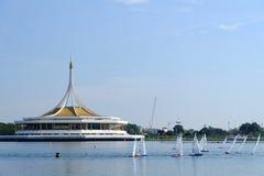 BANGUECOQUE, TAILÂNDIA - 14 DE DEZEMBRO: Veleiro de controle remoto do rei Regatta que compete em Suanluang RAMA IX, Tailândia; 1 Imagem de Stock
