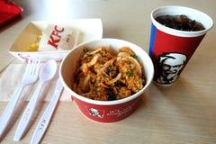 Banguecoque, Tailândia - 23 de fevereiro de 2018 bacia de arroz picante da galinha, batatas fritas, Pepsi, KFC, grupo do alimento fotografia de stock