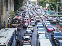 BANGUECOQUE, TAILÂNDIA - 9 DE FEVEREIRO DE 2017: Carros da cidade de Banguecoque do engarrafamento na poluição do ar da rua Foto de Stock Royalty Free