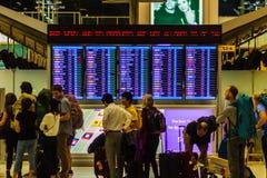 Banguecoque, Tailândia - 21 de fevereiro de 2017: Passageiros que verificam para ver se há d Imagens de Stock Royalty Free