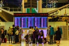 Banguecoque, Tailândia - 21 de fevereiro de 2017: Passageiros que verificam para ver se há d Imagem de Stock
