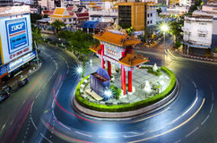 BANGUECOQUE, TAILÂNDIA - 8 DE FEVEREIRO DE 2017: Passagens do tráfego com o qui Imagem de Stock