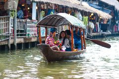 Banguecoque, Tailândia - 11 de fevereiro de 2018: Os turistas apreciam viajar pelo barco de fileira do turista no canal de Mayom  fotografia de stock