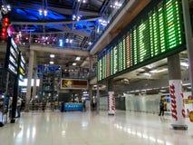 BANGUECOQUE, TAILÂNDIA - 20 DE FEVEREIRO: Placa da chegada do aeroporto em Suvarn Fotografia de Stock Royalty Free