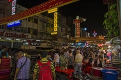 Banguecoque, Tailândia - 31 de janeiro de 2015: Os povos vêm à compra Imagens de Stock