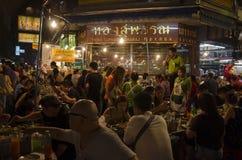 Banguecoque, Tailândia - 31 de janeiro de 2015: Os povos vêm à compra em Imagem de Stock