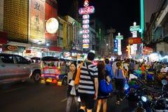 Banguecoque, Tailândia - 31 de janeiro de 2015: Os povos vêm à compra em Fotos de Stock Royalty Free