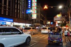 Banguecoque, Tailândia - 31 de janeiro de 2015: Os povos vêm à compra em Foto de Stock Royalty Free