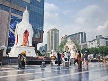Banguecoque, Tailândia - 26 de janeiro de 2018: Estátua e discípulo de Trimurti no mundo central Imagens de Stock