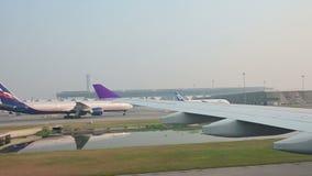 Banguecoque, Tailândia - 11 de janeiro de 2019: Vista do avião que taxiing à porta no aeroporto de Suvarnabhumi video estoque