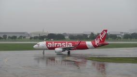Banguecoque, Tailândia - 17 de julho de 2018: Air Asia Airbus 320-200 que taxiing na pista de decolagem em Don Muang Airport video estoque