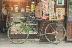 BANGUECOQUE, TAILÂNDIA - 1º de julho de 2017: Estilo do vintage de garrafas de Pepsi Fotos de Stock