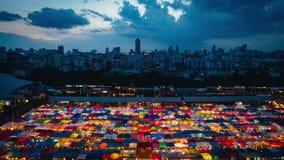 BANGUECOQUE, TAILÂNDIA - 17 de julho de 2016: Tempo-lapso com pores do sol e nuvens no mercado Ratchada da noite do trem, Banguec filme
