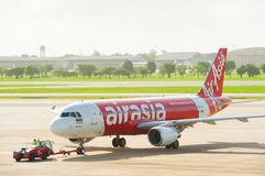 Banguecoque, Tailândia - 16 de junho de 2013: Air Asia tailandês empurra para trás para decolar em Don Muang International Airpor Fotos de Stock