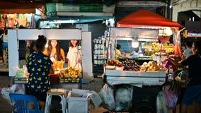 Banguecoque, Tailândia - 9 de junho de 2019: Alimento da rua da estrada de Khao San com turista video estoque