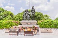 Banguecoque, Tailândia - 5 de junho de 2016: Estátua do rei Chulalongkorn (pai - se sente) e do rei Vajiravudth (filho - suporte) Fotografia de Stock