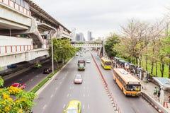 Banguecoque, Tailândia - 5 de junho de 2016: Vista lateral da estrada do trem de céu na estação e no muito tráfego na estrada de  Imagem de Stock Royalty Free