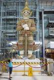 Banguecoque, Tailândia - 28 de junho de 2015: A estátua gigante no terminal da partida do aeroporto internacional de Banguecoque  Imagem de Stock