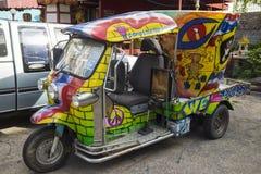 Banguecoque, Tailândia - 29 de junho de 2015: 'trotinette' do carro de Tuk Tuk Tailândia dos grafittis Imagem de Stock