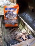 Banguecoque, Tailândia - 12 de maio de 2018: As microplaquetas de fumo e o carvão vegetal do BBQ do Mesquite ocidental no assado  fotografia de stock