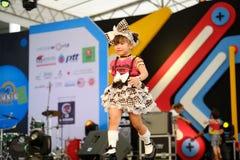 BANGUECOQUE, TAILÂNDIA - 8 DE MAIO: Caminhadas do modelo das crianças a pista de decolagem fotografia de stock