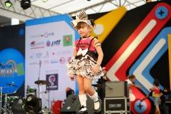 BANGUECOQUE, TAILÂNDIA - 8 DE MAIO: Caminhadas do modelo das crianças a pista de decolagem em tailandês foto de stock royalty free