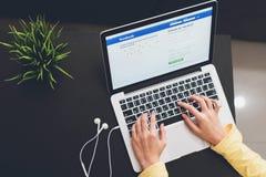 BANGUECOQUE, TAILÂNDIA - 30 de maio de 2017: Ícones de Facebook da tela de início de uma sessão sobre em Apple Macbook os trabalh Foto de Stock Royalty Free