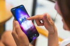 Banguecoque, Tailândia - 27 de maio de 2018: Mulher asiática que usa a aplicação social dos meios no pro smartphone de Huawei P20 fotos de stock