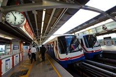Banguecoque, Tailândia - 6 de maio de 2011: Povos que queing, estando nas linhas que esperam e que andam no trem de céu do BTS na Imagem de Stock Royalty Free