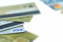 BANGUECOQUE TAILÂNDIA - 24 DE MARÇO: Cartão de crédito com logotipo do visto e palavras de 24 serviços ao cliente da hora o 24 de Fotografia de Stock