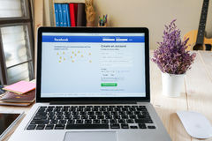 BANGUECOQUE, TAILÂNDIA - 5 de março de 2017: Ícones de Facebook da tela de início de uma sessão em Apple Macbook o local social o Fotos de Stock Royalty Free