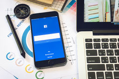 BANGUECOQUE, TAILÂNDIA - 5 de março de 2017: Ícones de Facebook da tela de início de uma sessão no iPhone 6 de Apple os trabalhos Fotos de Stock Royalty Free