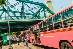 Banguecoque, Tailândia - 2 de março de 2017: Linha cor-de-rosa número 8 do ônibus, começo Imagem de Stock