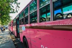 Banguecoque, Tailândia - 2 de março de 2017: Linha cor-de-rosa número 8 do ônibus, começo Fotos de Stock