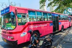 Banguecoque, Tailândia - 2 de março de 2017: Linha cor-de-rosa número 8 do ônibus, começo Imagens de Stock