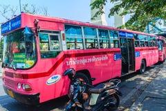 Banguecoque, Tailândia - 2 de março de 2017: Linha cor-de-rosa número 8 do ônibus, começo Fotografia de Stock