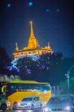 Banguecoque, Tailândia - 2 de março de 2017: O templo dourado da montagem no ni Fotografia de Stock